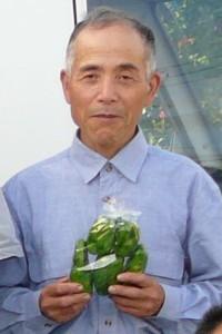岡本さん、謹製のピーマンを手に
